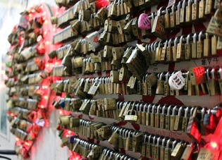 hearts with locks that had names of different couples