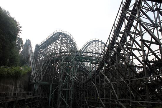 T Express: 77-degree drop wooden rollercoaster